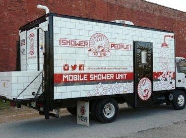 Pastor crea camiones con duchas para bendecir a personas sin hogar