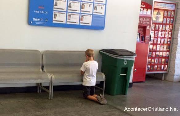 Niño ora en supermercado ante letrero que revela una triste realidad